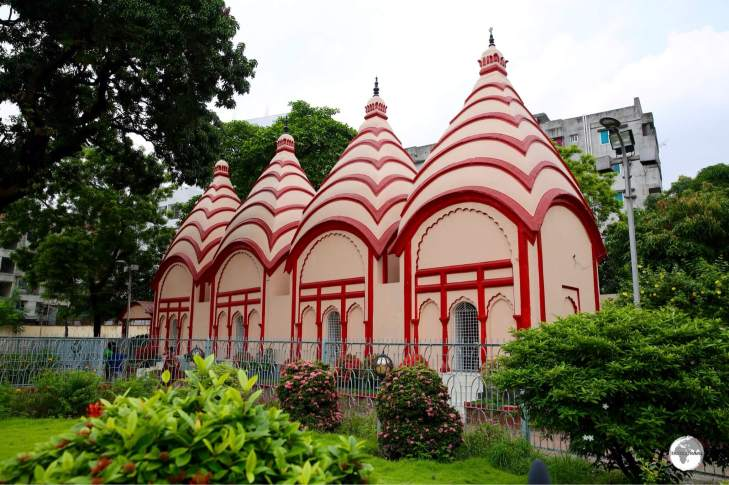The Shiva temples in Dhakeshwari Mandir.