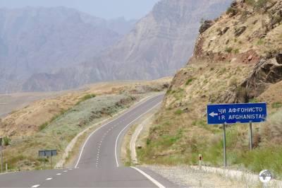 The turnoff to the 'Tajikistan-Afghanistan Friendship bridge', south of Kalai-Khum.