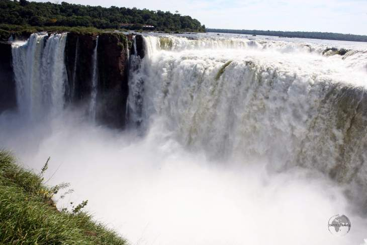 Originating near the Brazilian city of Curitiba, for most of its course the Iguazú river flows through Brazil; however, most of the falls are on the Argentine side.