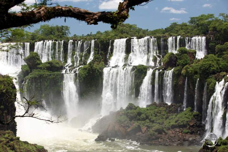 The sprawling Iguazú Falls features 275 individual waterfalls, with heights ranging from 60-82 metres (196-270 ft).