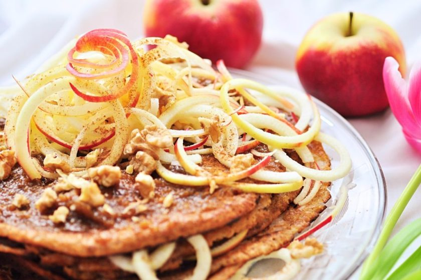 Stacked_pancakes_with_ginger_filling_and_twisted_apple_1