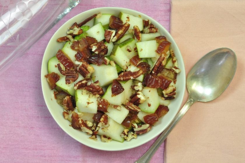 Raw_breakfast_pear_with_pecan_and_dates