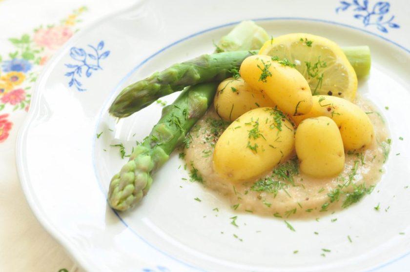 Groene_asperges_met_nieuwe_aardappelen_en_een_saus_van_sjalotjes_2