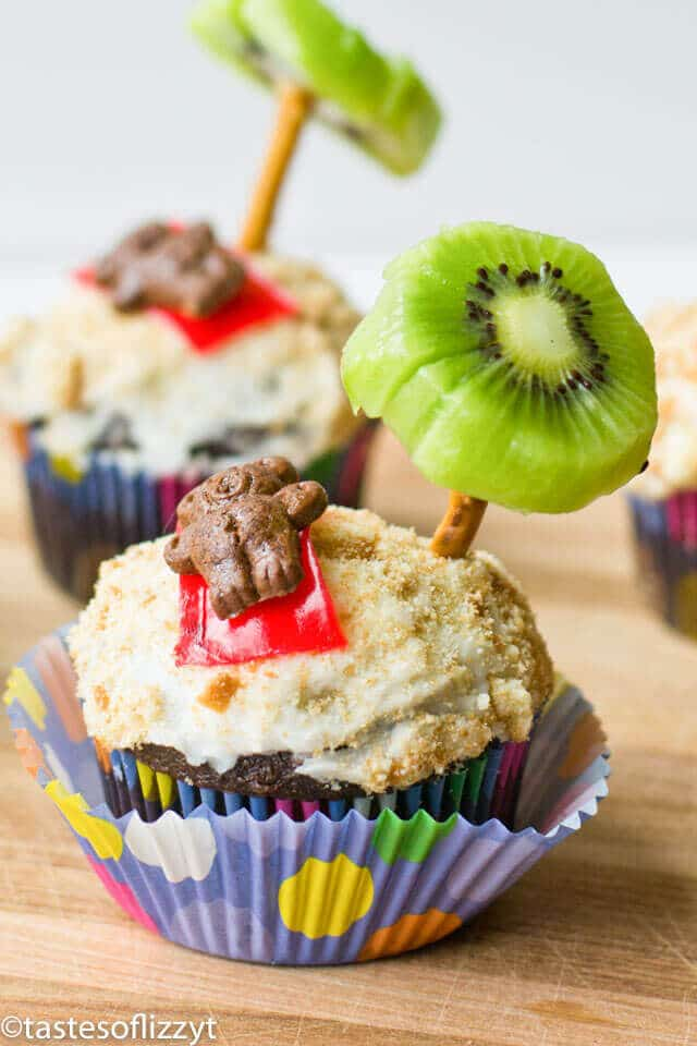 beach party cupcakes with teddy grahams and palm trees