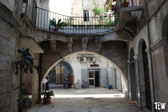 Arco Meraviglia Bari Vecchia la storia di Romeo e Giulietta pugliesi