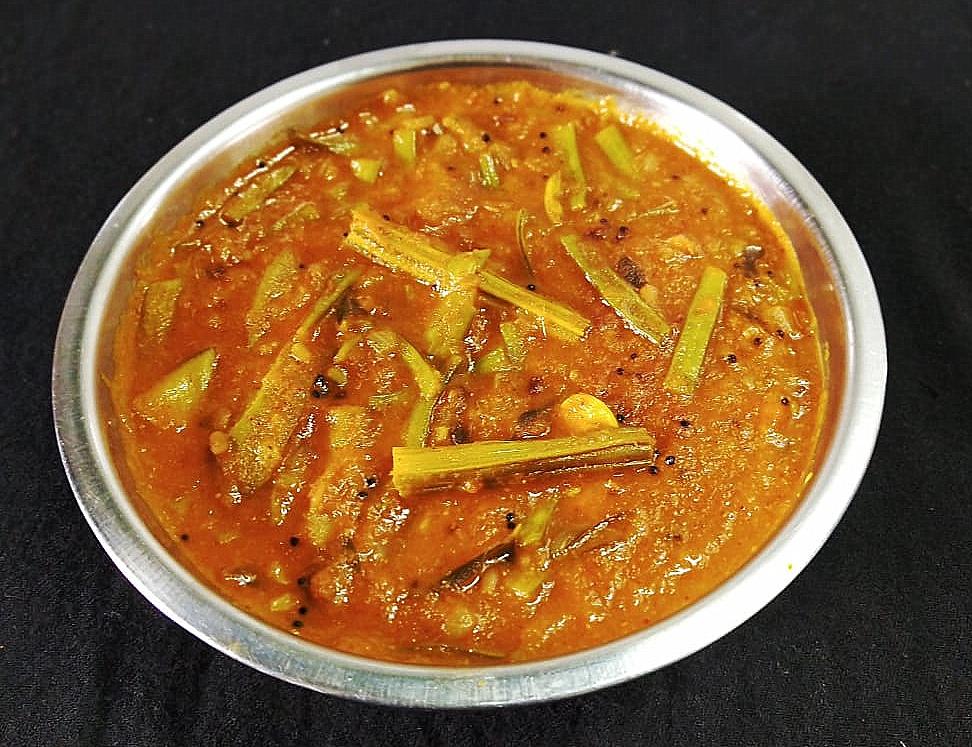 DRMY5769 Raw Mango Cluster Bean Curry/ Aam Gawar ki Sabzi/ Manga Kothavarangai Kuzhambu