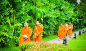 CNX02_Buddhist-monks-lining-up-for-alms-offerings