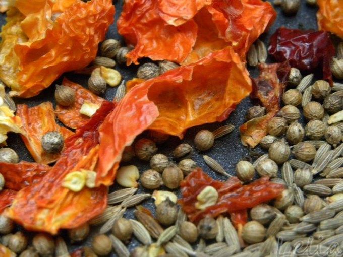 Chilis und Gewürze rösten