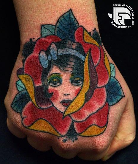 Tatuaje Old School Flor Mujer Mano Por Freihand Tattoo