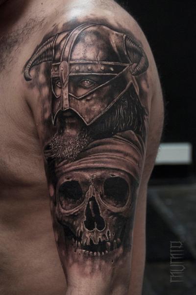 Schulter Totenkopf Krieger Tattoo von Mumia Tattoo
