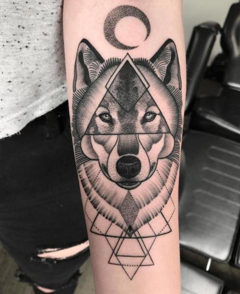 Tatuaje Brazo Lobo Dotwork Geométrico Por Nr Studio