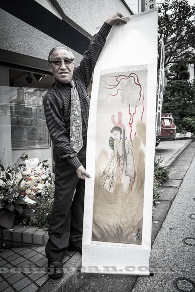 Horiyoshi III in front of gallery