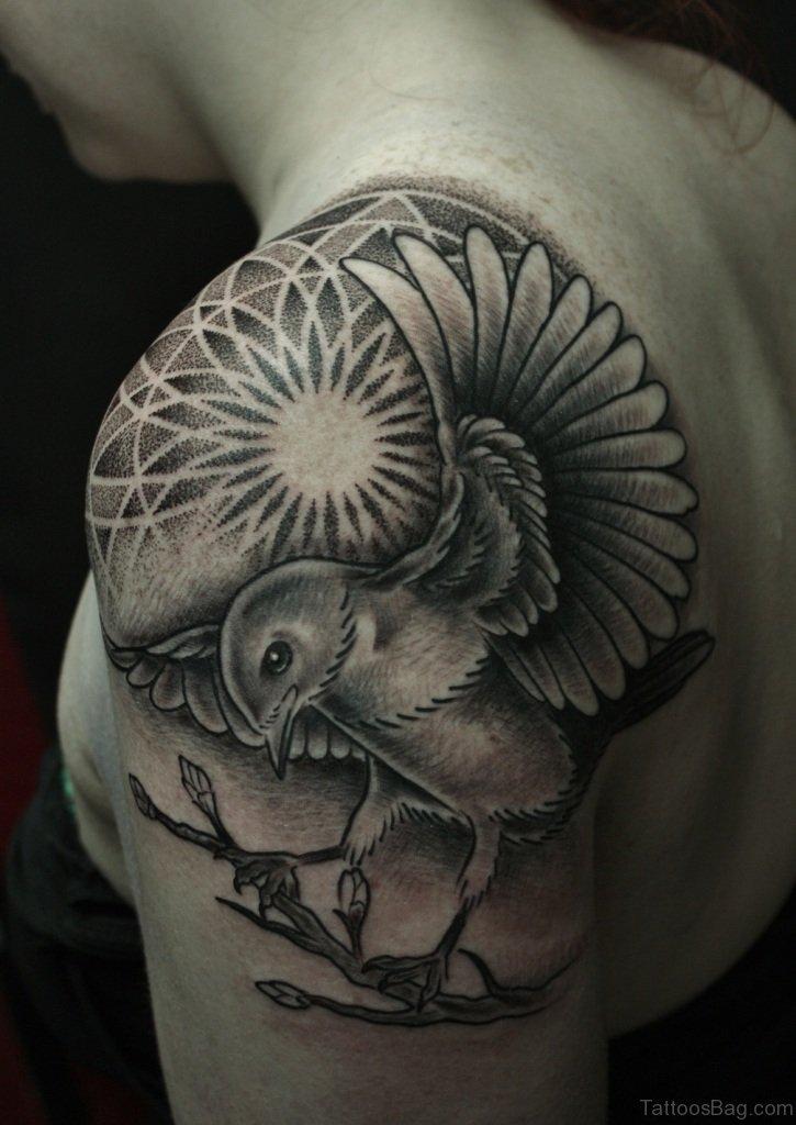 Crown Tattoo En El Hombro