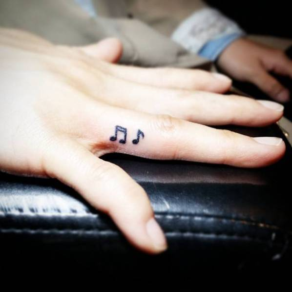 Tattoo on the finger of the girl - notes