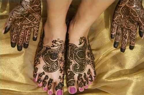 henna art on legs