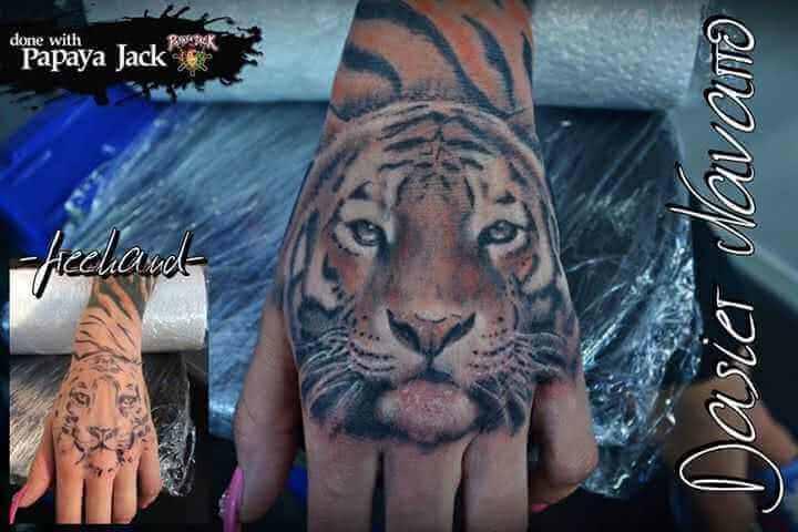 Tattoo Hand Tattoo Tiger in Farbe