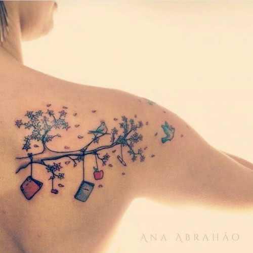 Tattoo Schulter-Tattoo Ast mit Arbeitsmaterialien