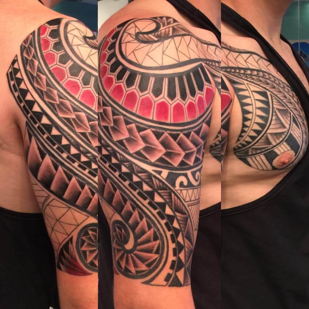Tattoo farbiges Tattoo im polynesischem Stil