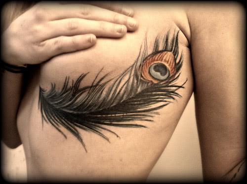 Tattoo Große Feder unter der Brust
