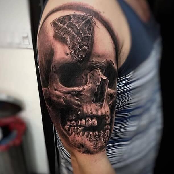 Tattoo großer Totenschädel mit einer Motte