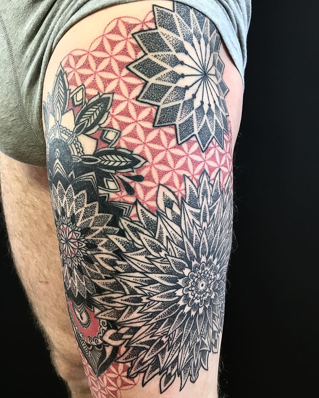 Tattoo großes Blumen Mandala