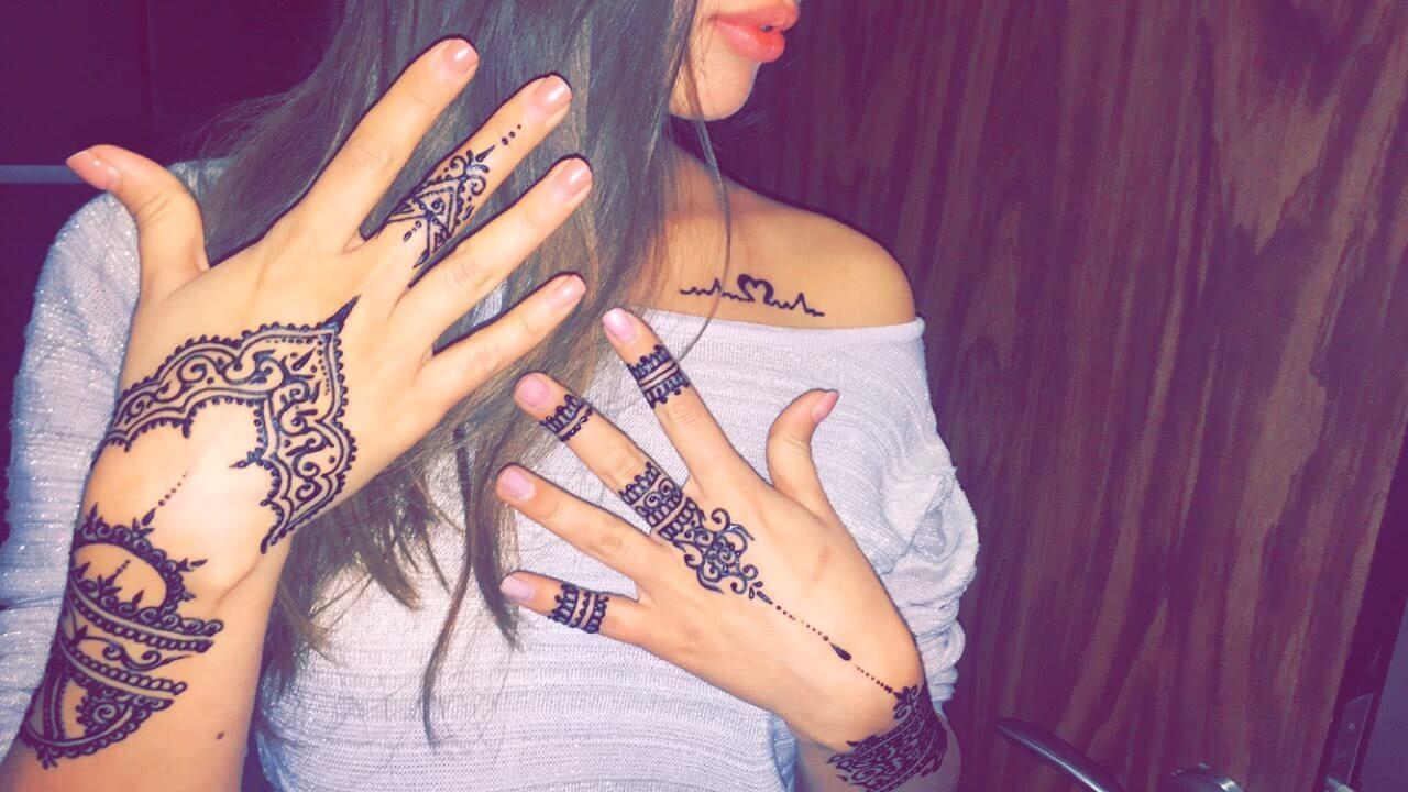 Tattoo Henna Verzierungen auf den Händen und Fingern