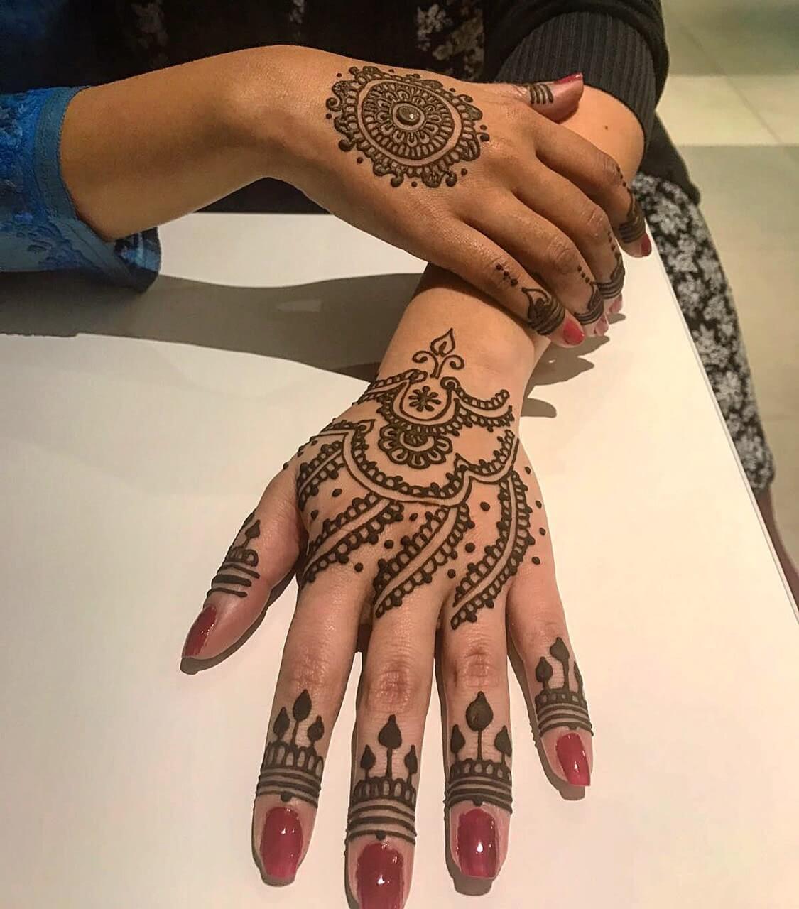 Tattoo Hennatattoo auf Hand und Fingern