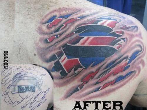 Tattoo Superman Logo unter der Haut
