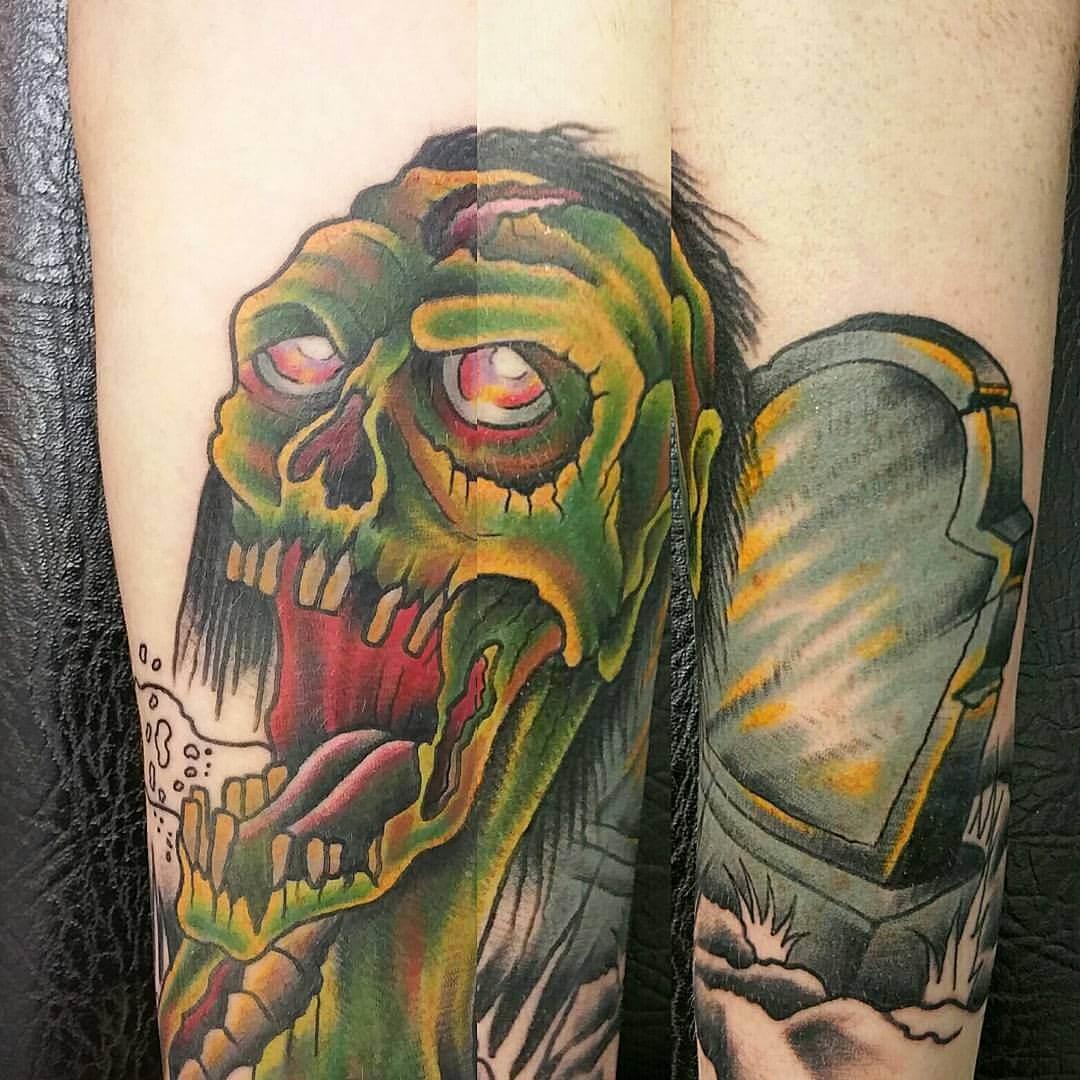 Tattoo Zombie mit Grabstein
