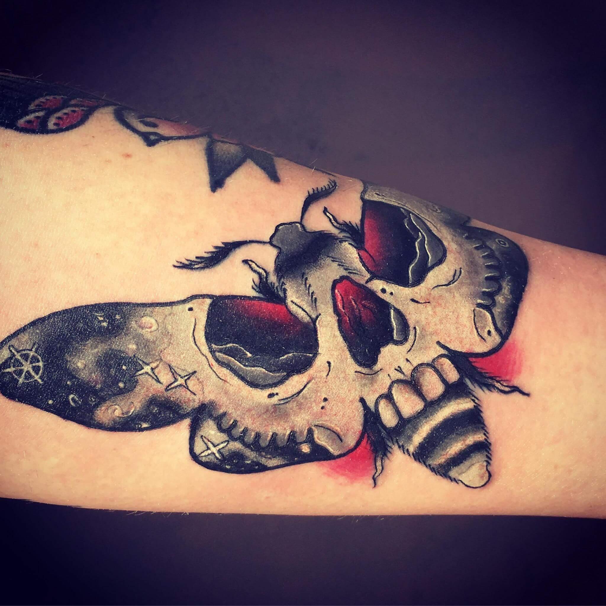 Tattoo Motte mit Totenkopf als Muster