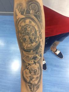 Reloj Brazo Tatuajes De Rosas
