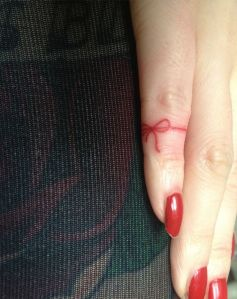 Lazo Rojo en el Dedo Meñique