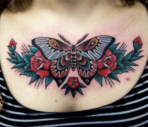 Mariposa entre Flores Rojas by Andrea Giulimondi