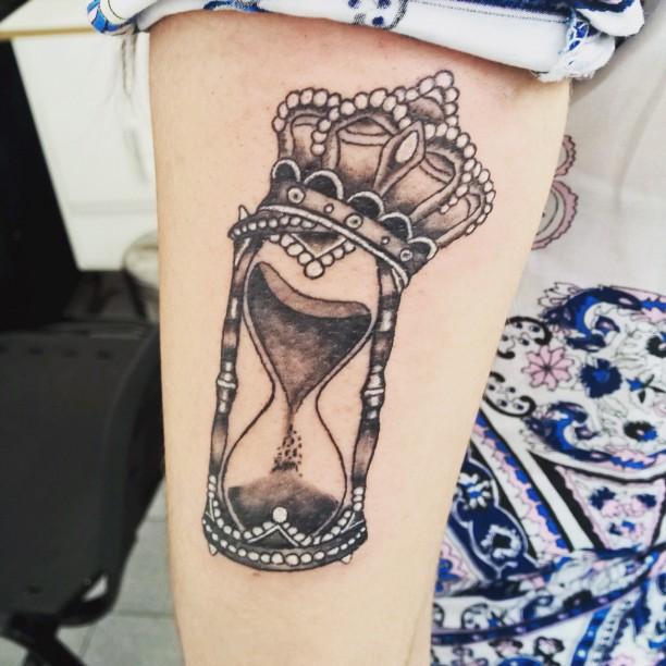 Reloj De Arena Y Corona Tatuajes Para Mujeres