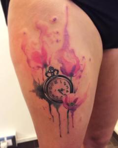 Reloj y Flores estilo Acuarelas Borà Tattoo Studio