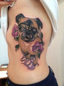 Perro y flores por Sophia Baughan