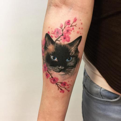 Gato entre Flores de Cerezo por Lili Krizsan