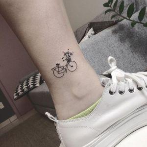 Bicicleta llevando flores