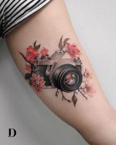 Cámara de fotos y flores