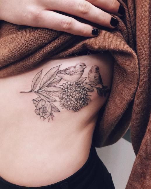 Aves posadas sobre flores por Sashatattooing