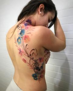Calavera y enredadera de flores por LCjunior Tattoo