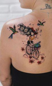 Chica andando en bicicleta por Robson Carvalho