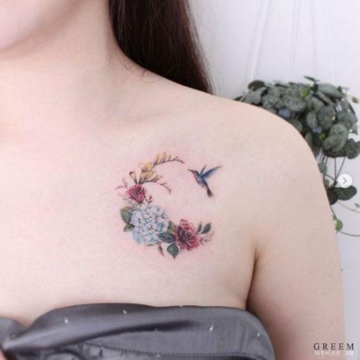 Colibrí mirando flores