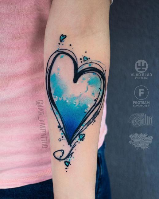 Corazón por Вика Kiwi Tattoo