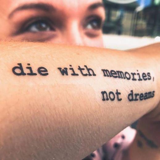 Frase: Die with memories not dreams