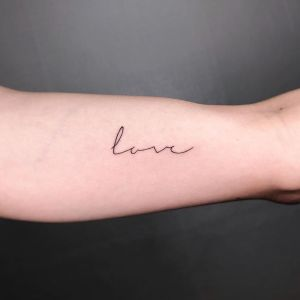 Frase: Love por Howdy Tattoo