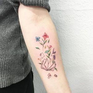 Libro con hojas volando