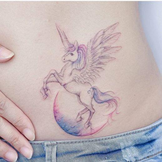 Unicornio sobre la luna por 타투이스트 바늘