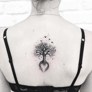 Árbol con aves volando por Terryemi Tattoo