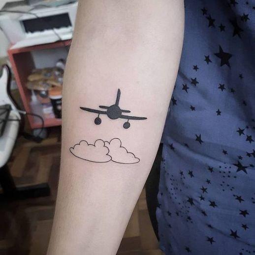 Avión volando entre nubes